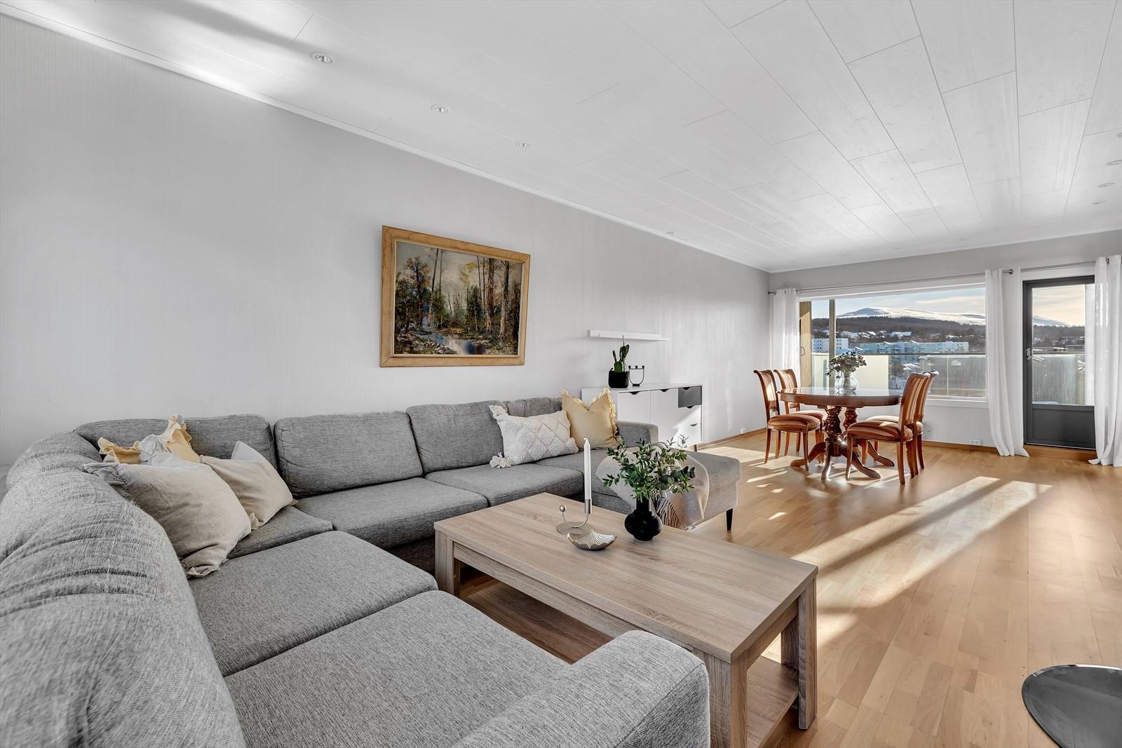 Rommelig stue med god lysgjennomgang med vinduer på begge sider.