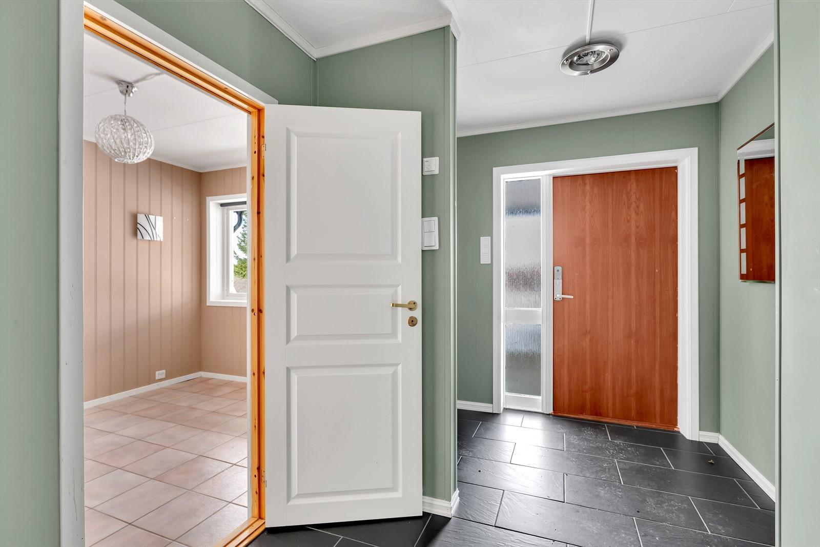 Inngang til disponibelt rom fra entré.