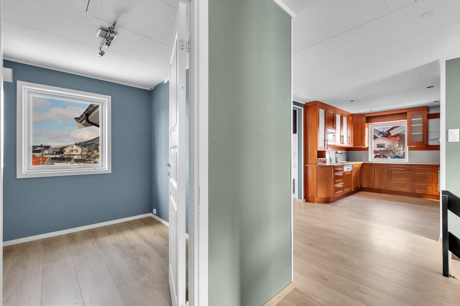Bilde fra soveromsgangen mot kjøkkenet.
