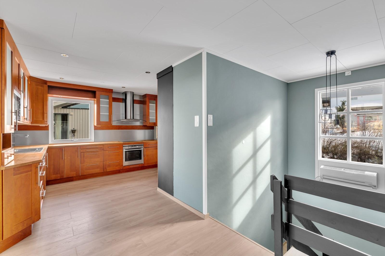 Trappa kommer opp i stue/kjøkken. Varmepumpe montert i trappa.