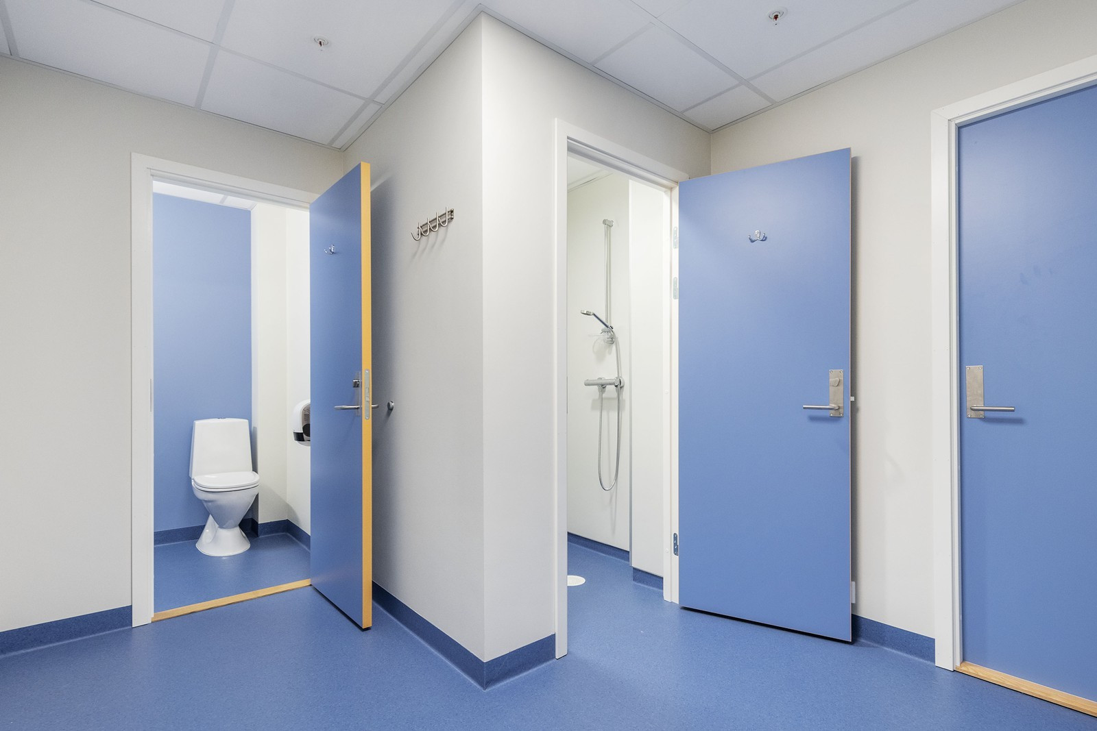 Garderobe med toaletter og dusj