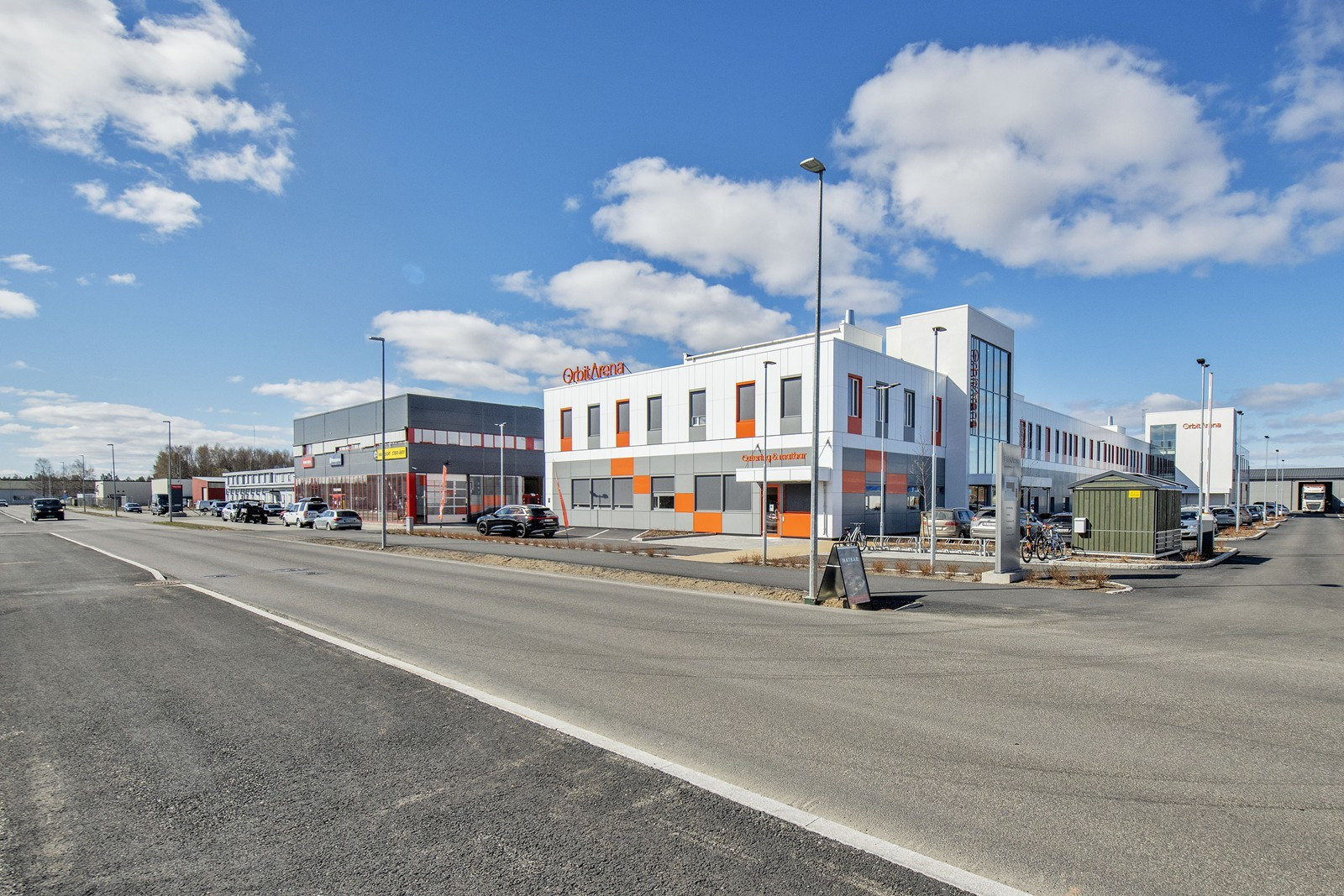 Enkel og god avkjøring direkte fra Industrivegen til eiendommen