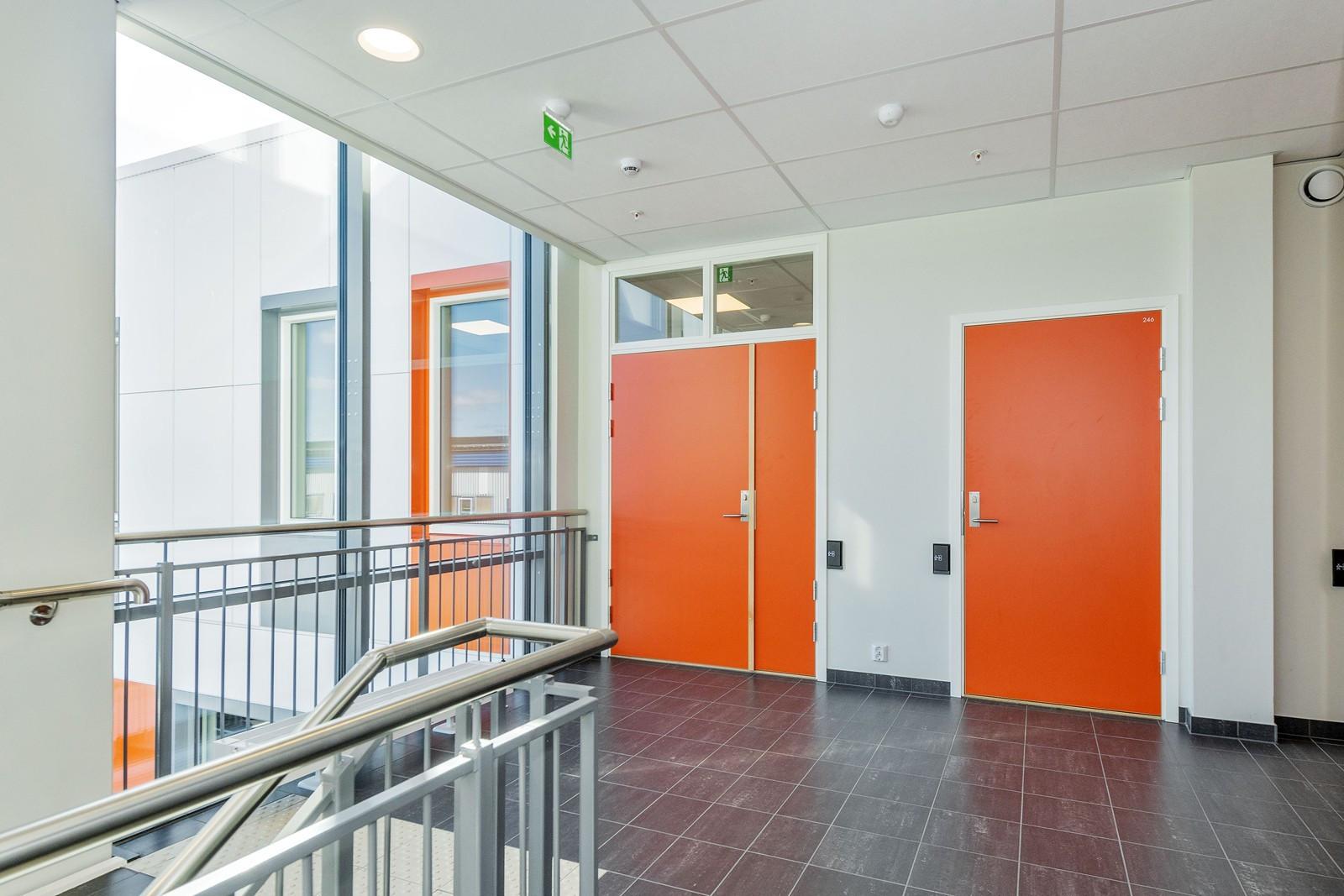 Inngang til kontoret fra felles trappegang / heis