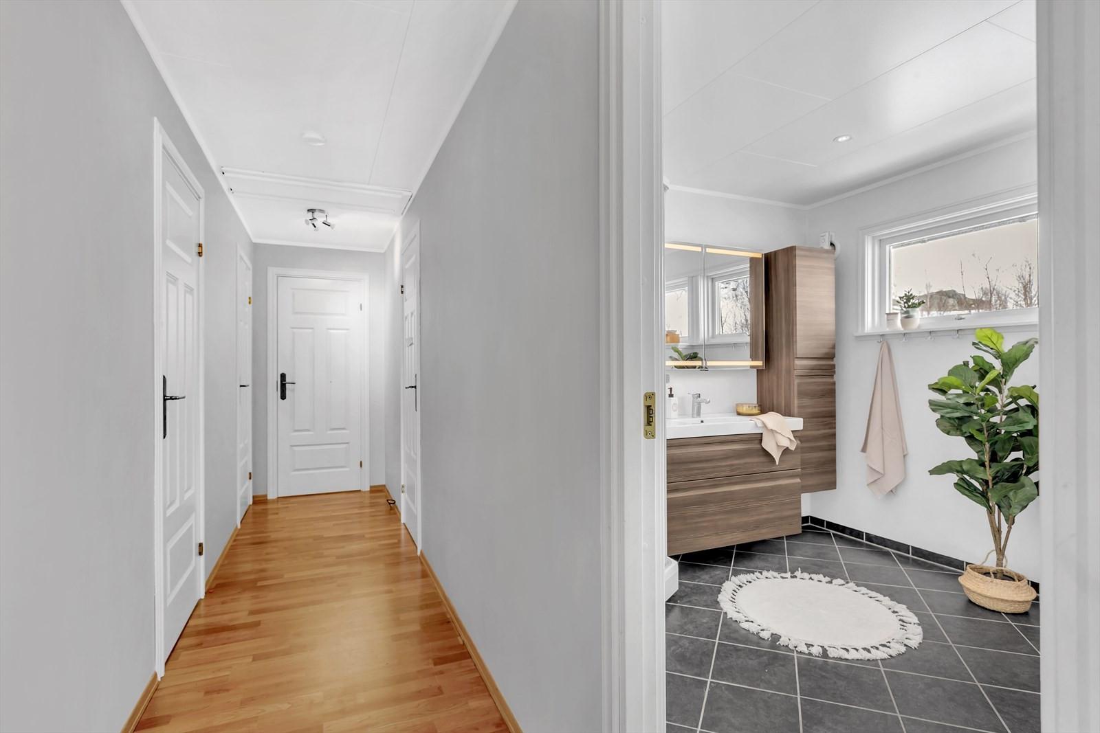 Gang og bad.  Soverommene er praktisk samlet med inngang herfra.