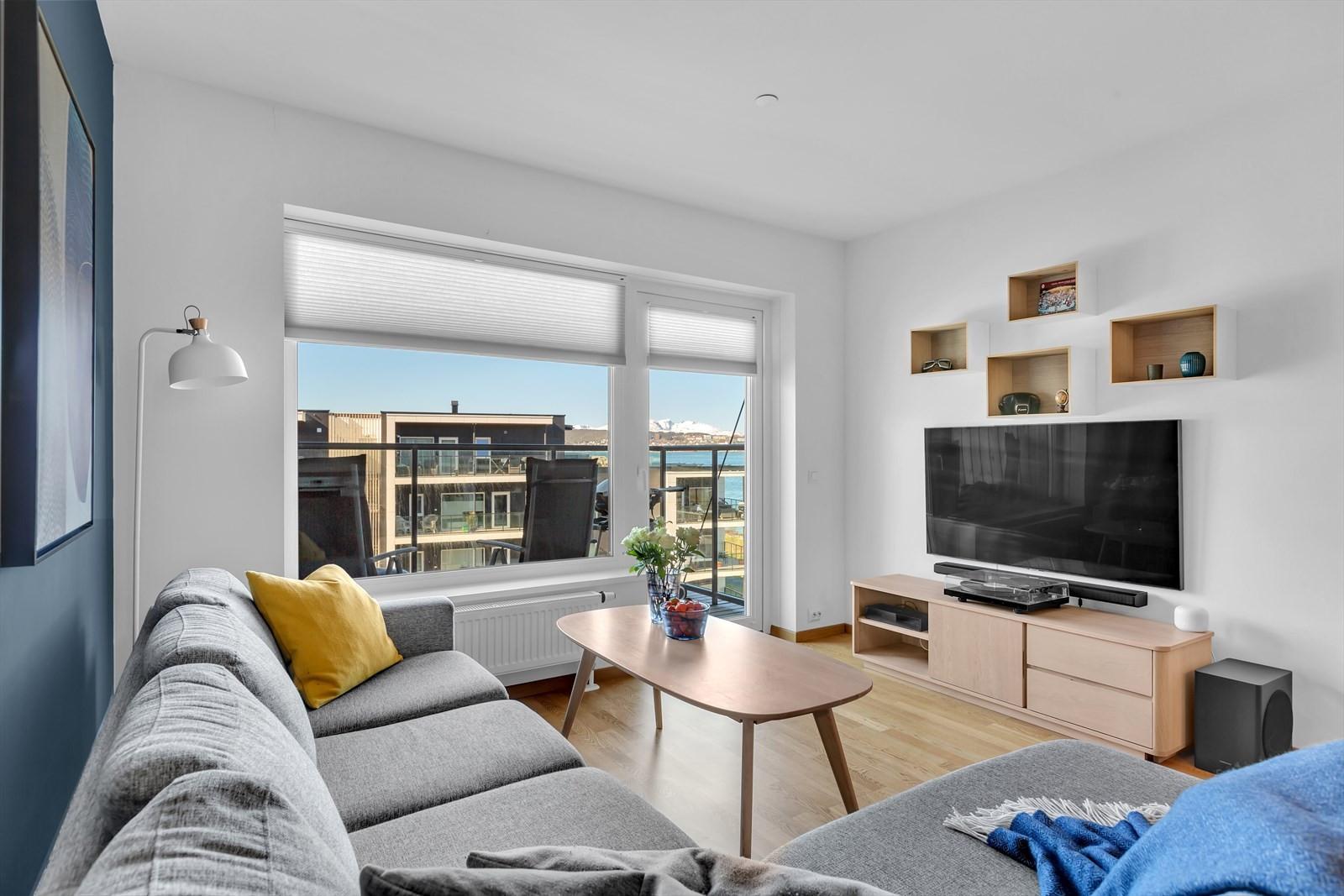 Leiligheten ligger i 4. etasje og har nydelig utsikt mot Tromsøysundet og deler av Tromsøya.
