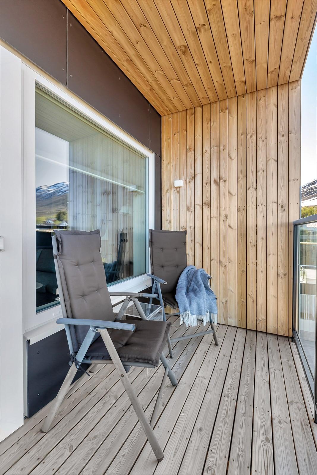 Herlig balkong med sidevegg. Her sitter man privat og kan nyte sol- og utsikt.