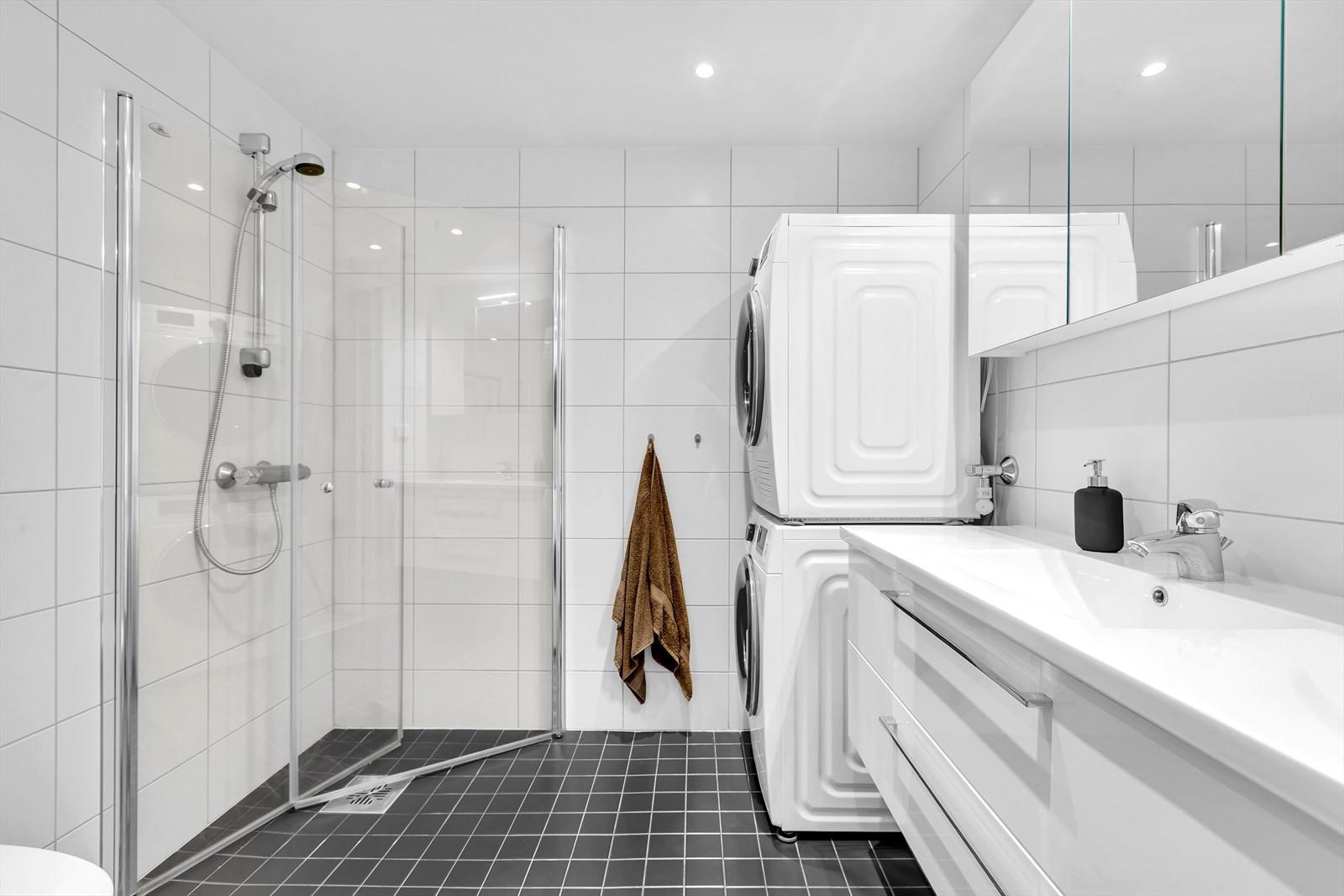 Komplett flislagt badrom m/ glassdører i dusj.
