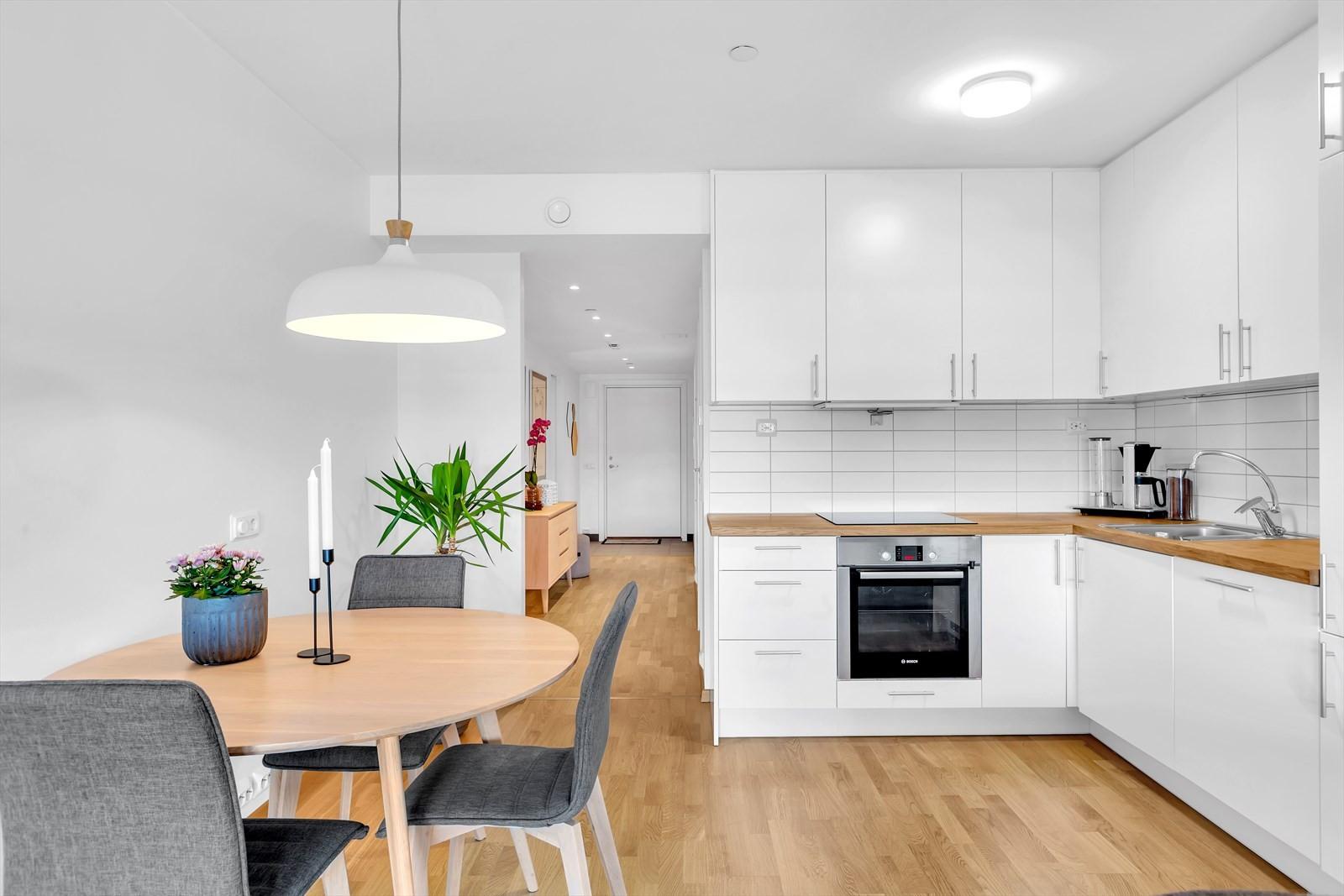Moderne kjøkken, med integrerte hvitevarer.