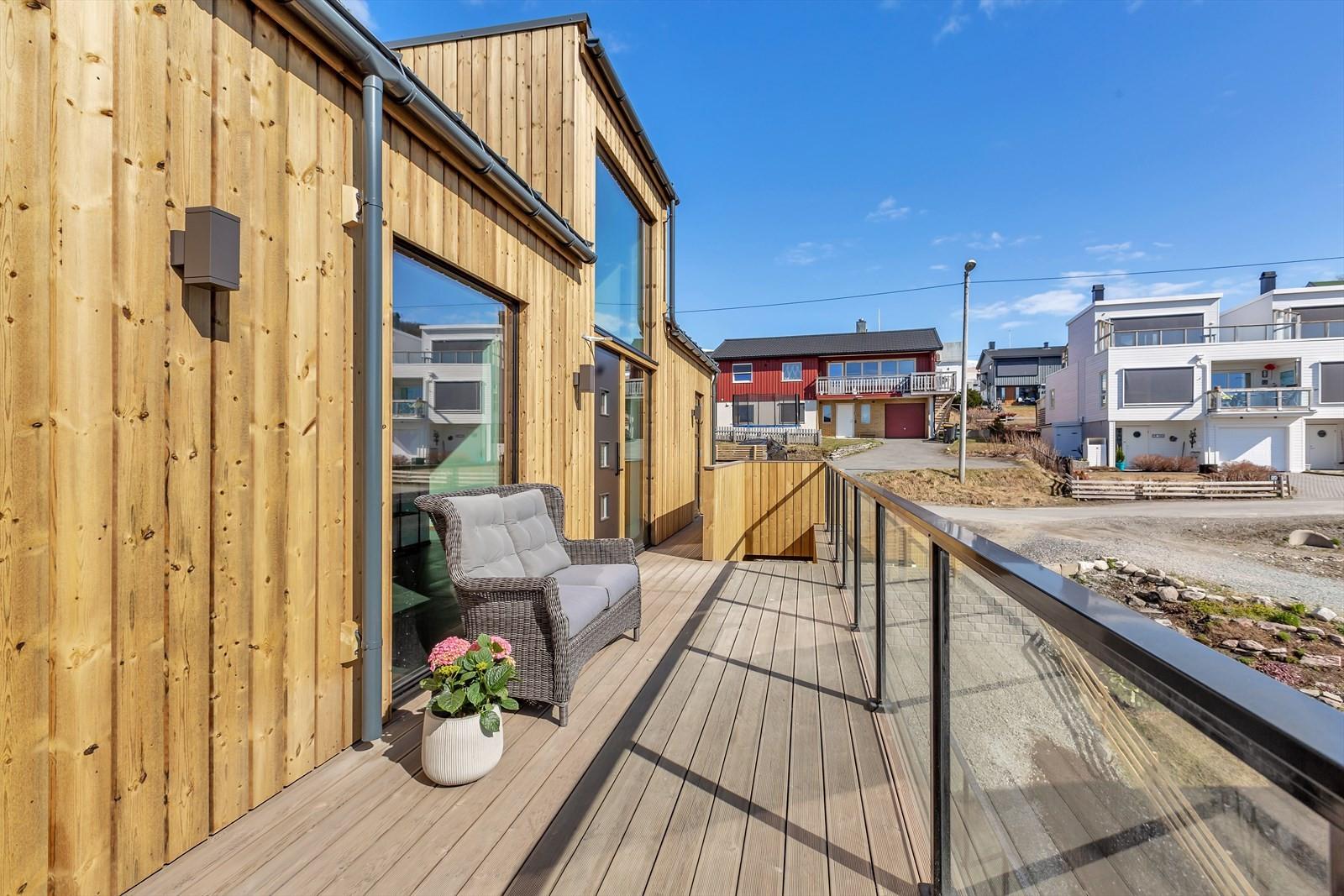 Terrasse mot sør med gode sol- og lysforhold