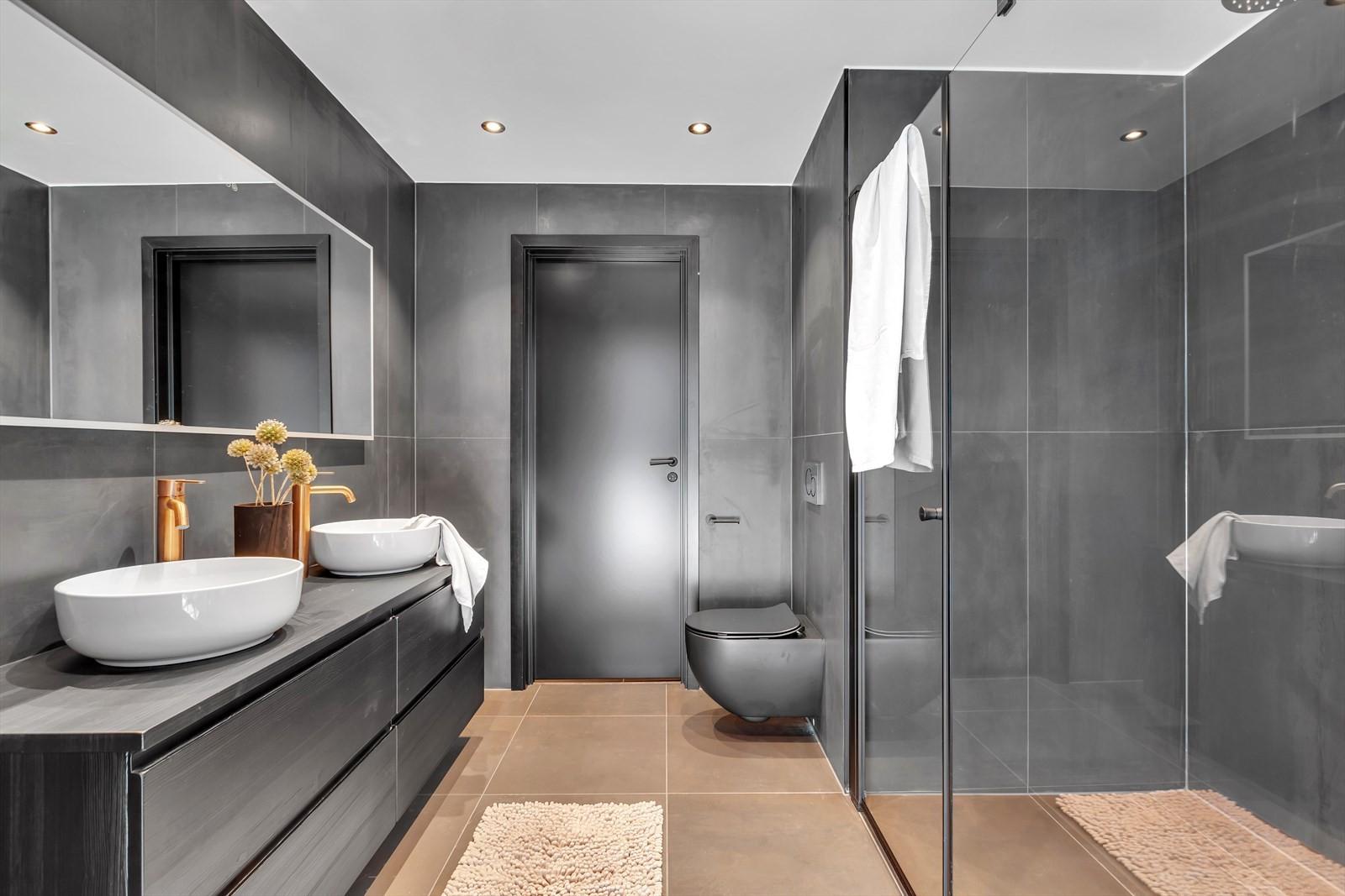 Hovedbadet er komplett flislagt, har doble servanter og varme i gulv