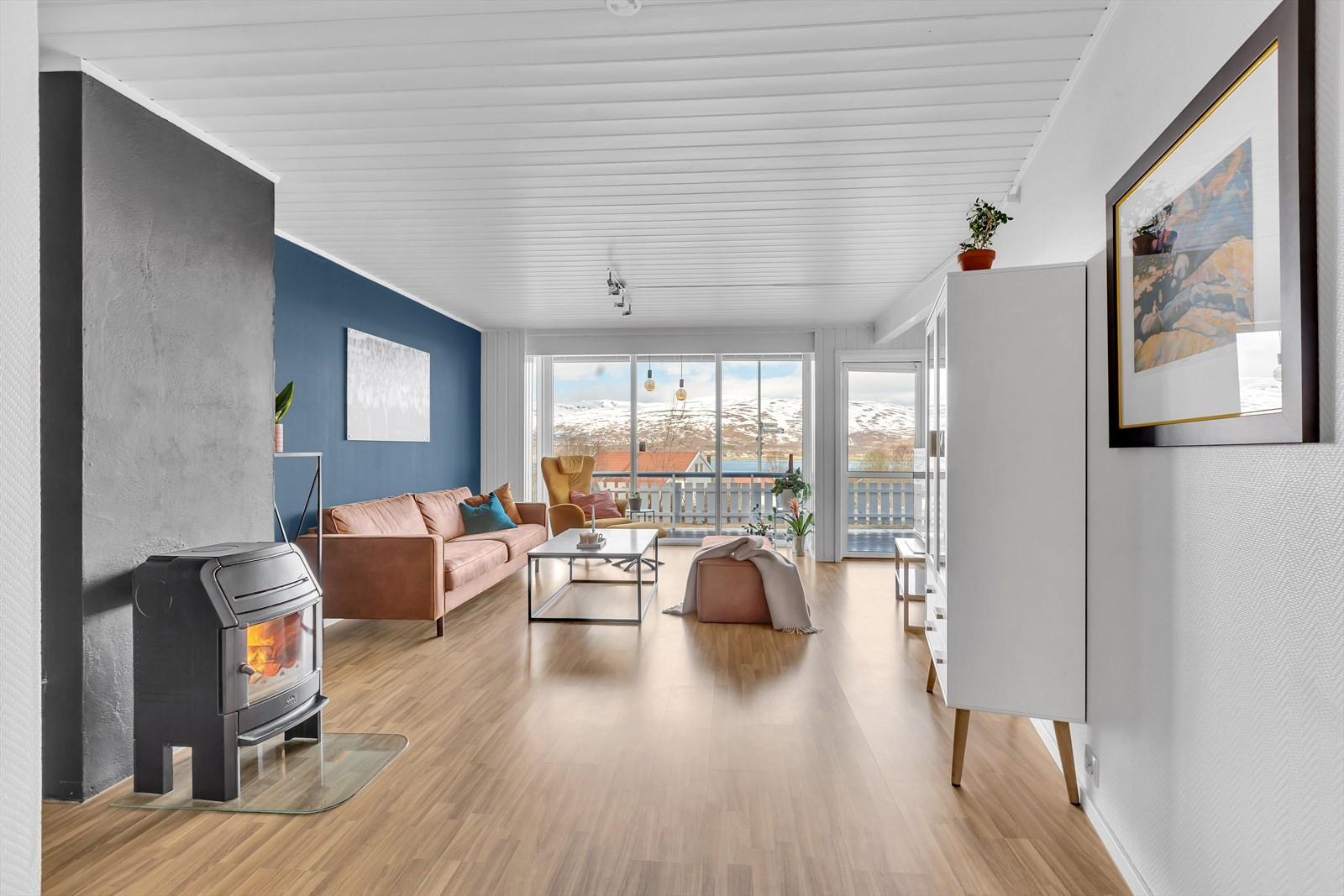 Pen og romslig 3-roms med flott utsikt, carport og terrasse.