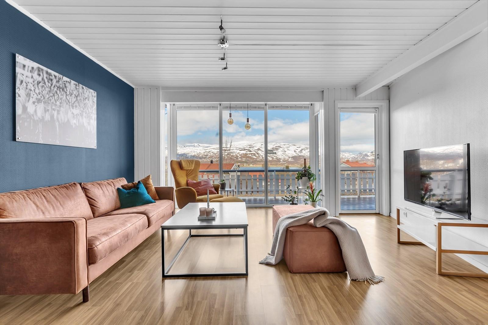 Romslig stue med utgang til nord-vestvendt terrasse!