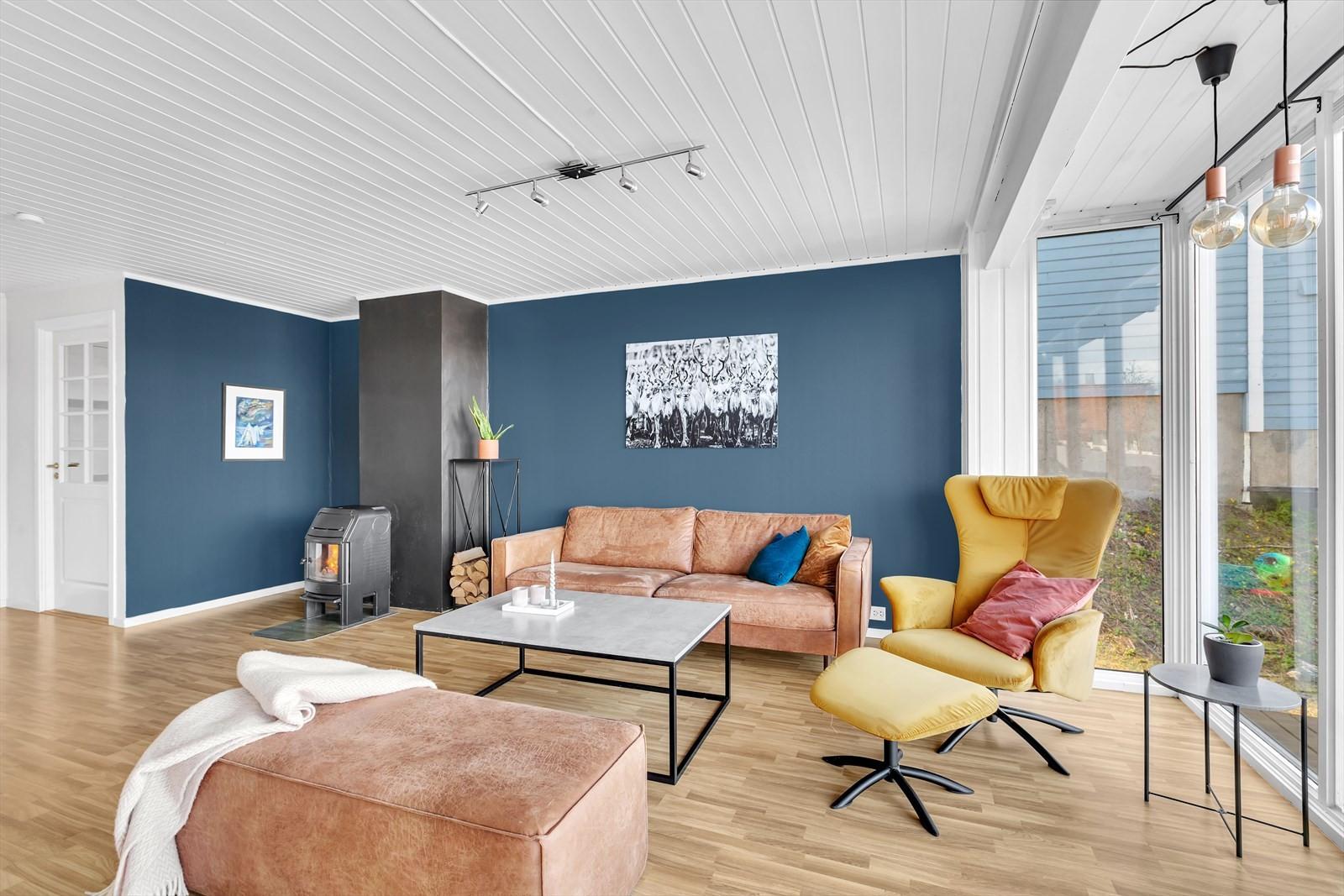 Stuen har moderne og tidsriktige farger.