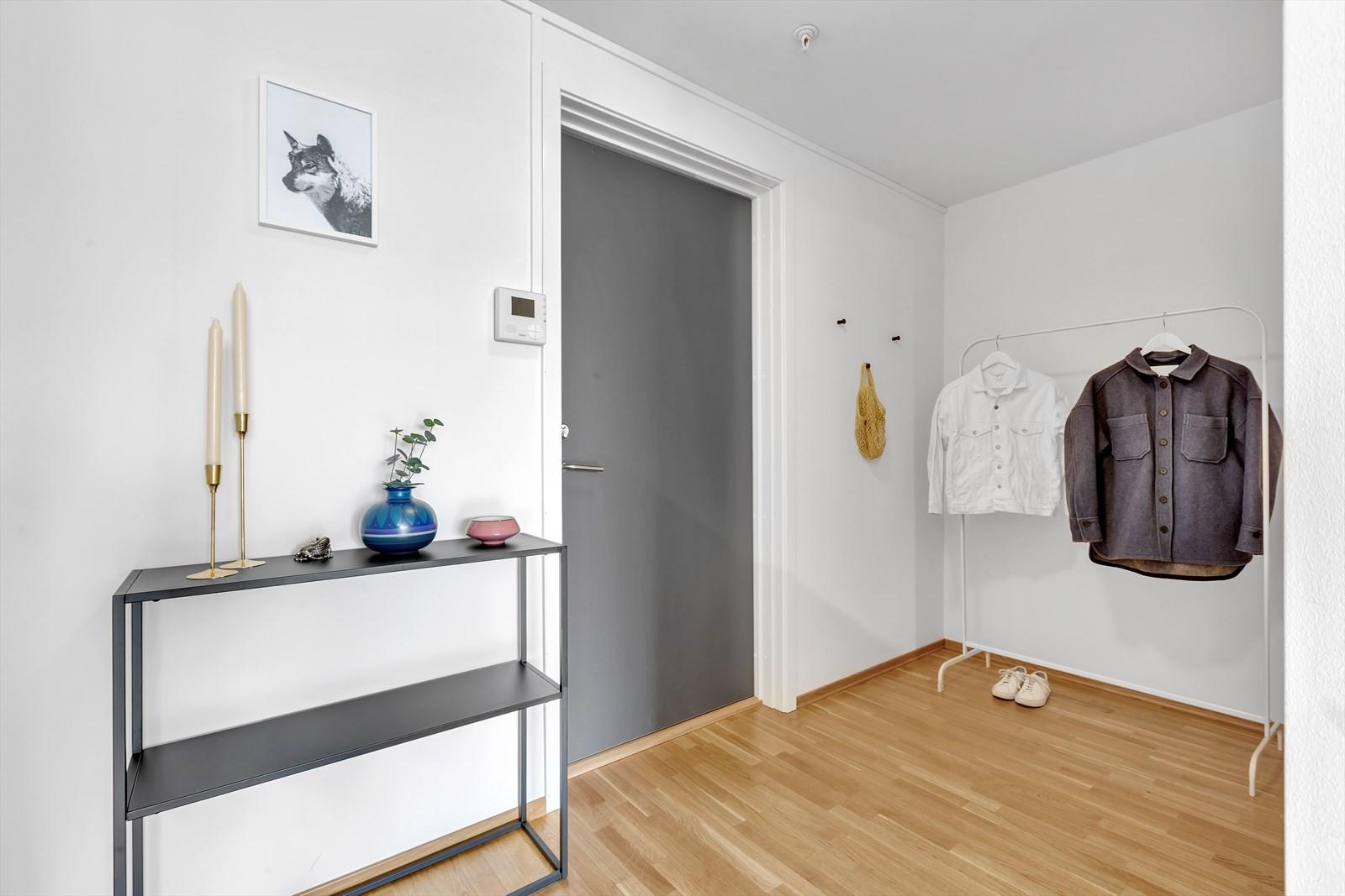 Praktisk yttergang med plass til garderobeløsning
