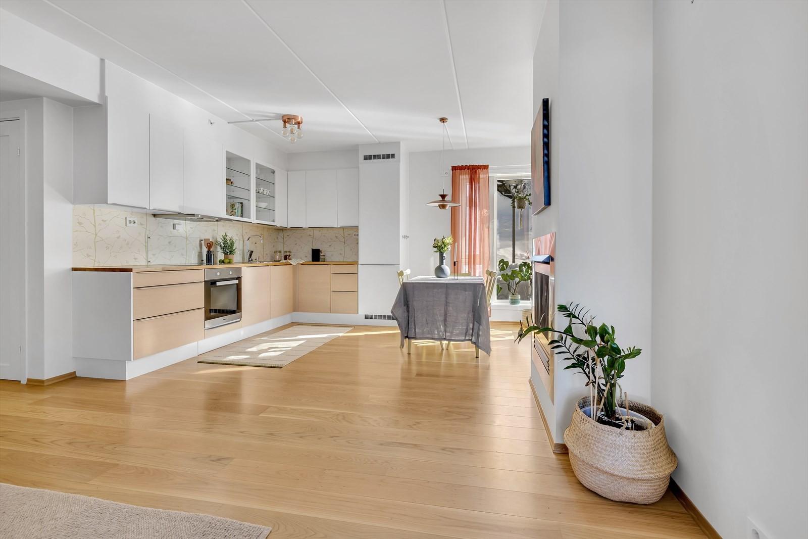 God plass til stort spisebord i forlengelse av kjøkkenet