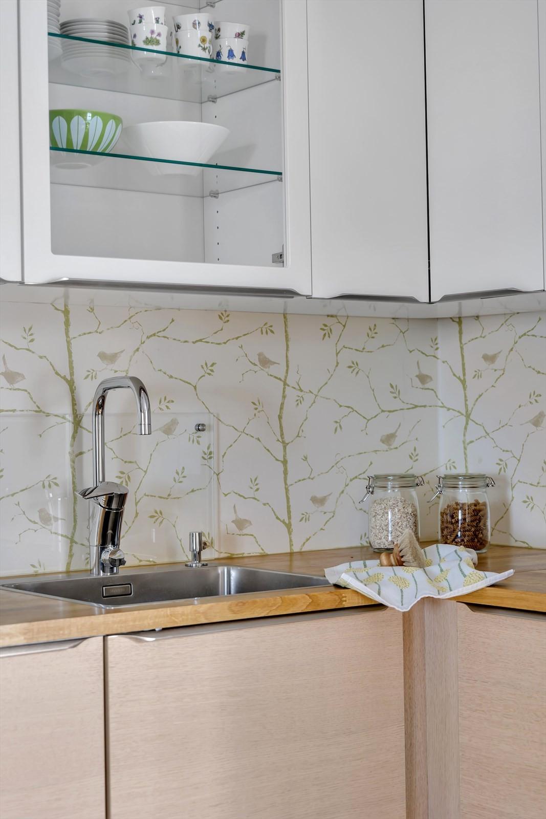 Glass montert på vegg bak vask og komfyr