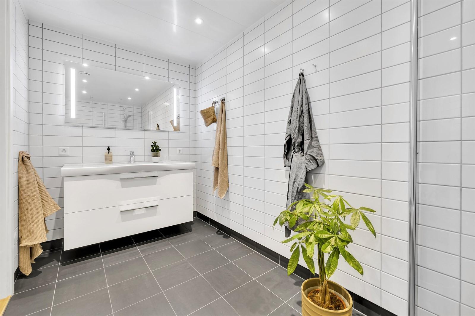 Badet er flislagt og med gulvvarme