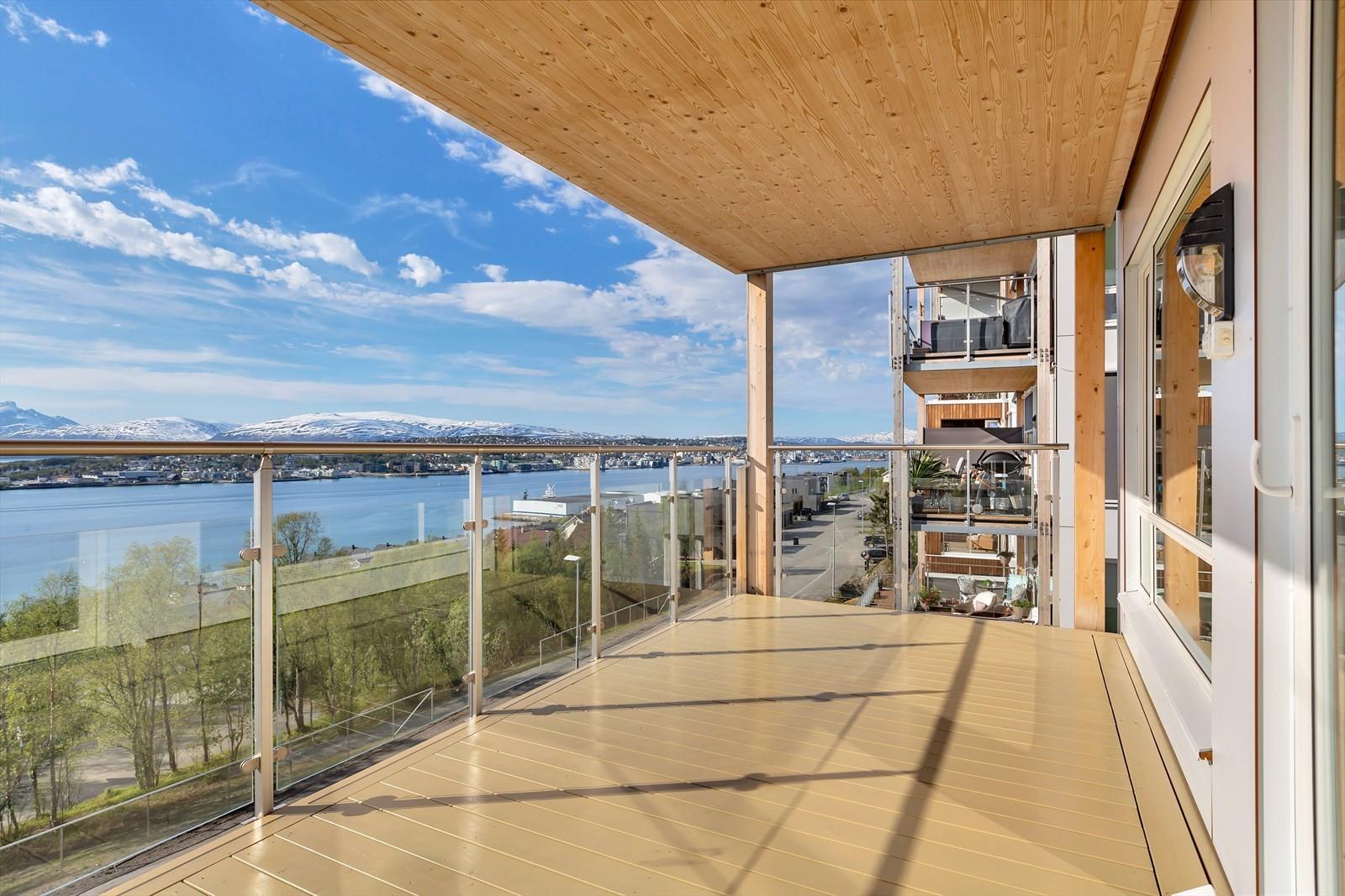 Takoverbygget terrasse med fantastiske sol- og utsiktsforhold