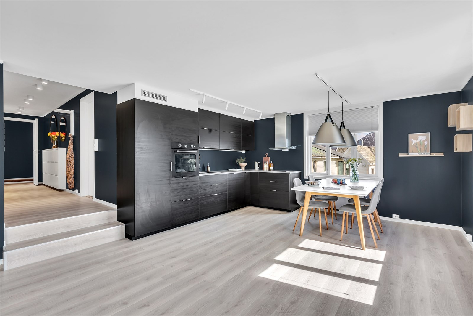 Stuen og kjøkkenet er i åpen løsning. Som bildet viser er det rikelig med plass til spisestue ved kjøkkenet