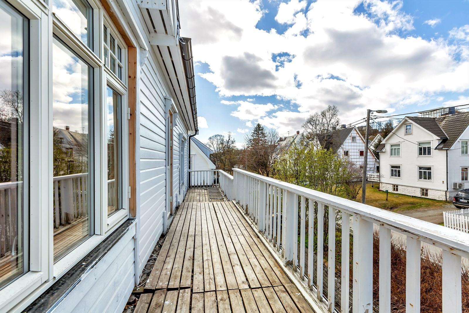 Til leiligheten er det 18 m2 vestvendt veranda. Her bør dekket skiftes, men potensialet for et herlig uteplass er absolutt til stede