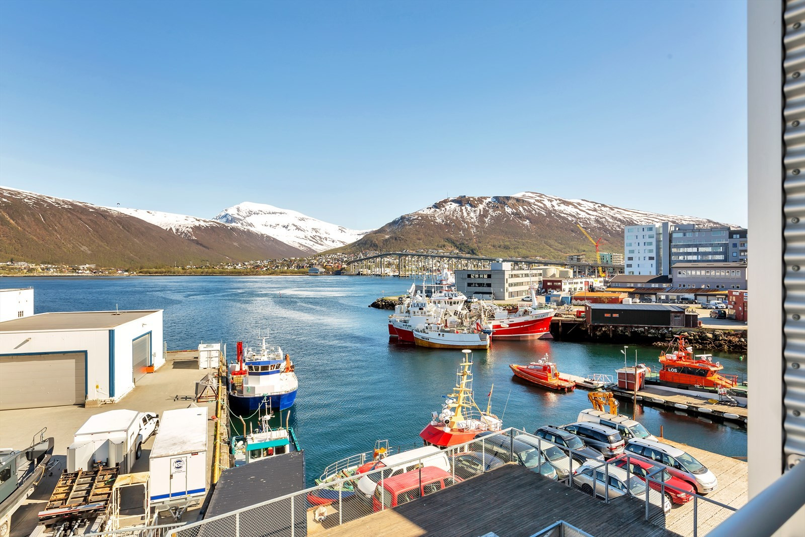 Utrolig utsikt mot Tromsøyundet og fastlandet