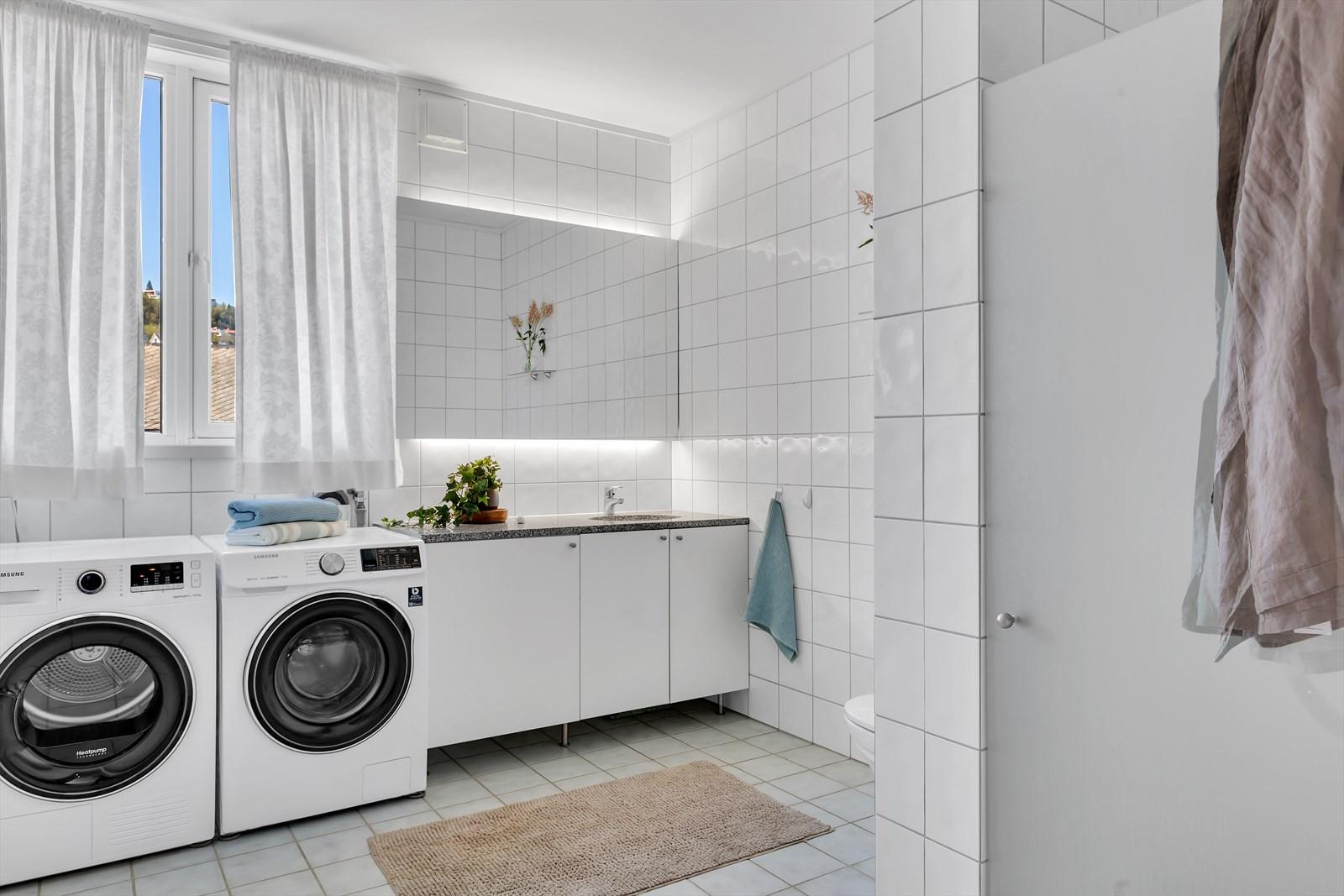 Flislagt bad med gulvvarme. God løsning med dusjnisje med innslagbart glass.