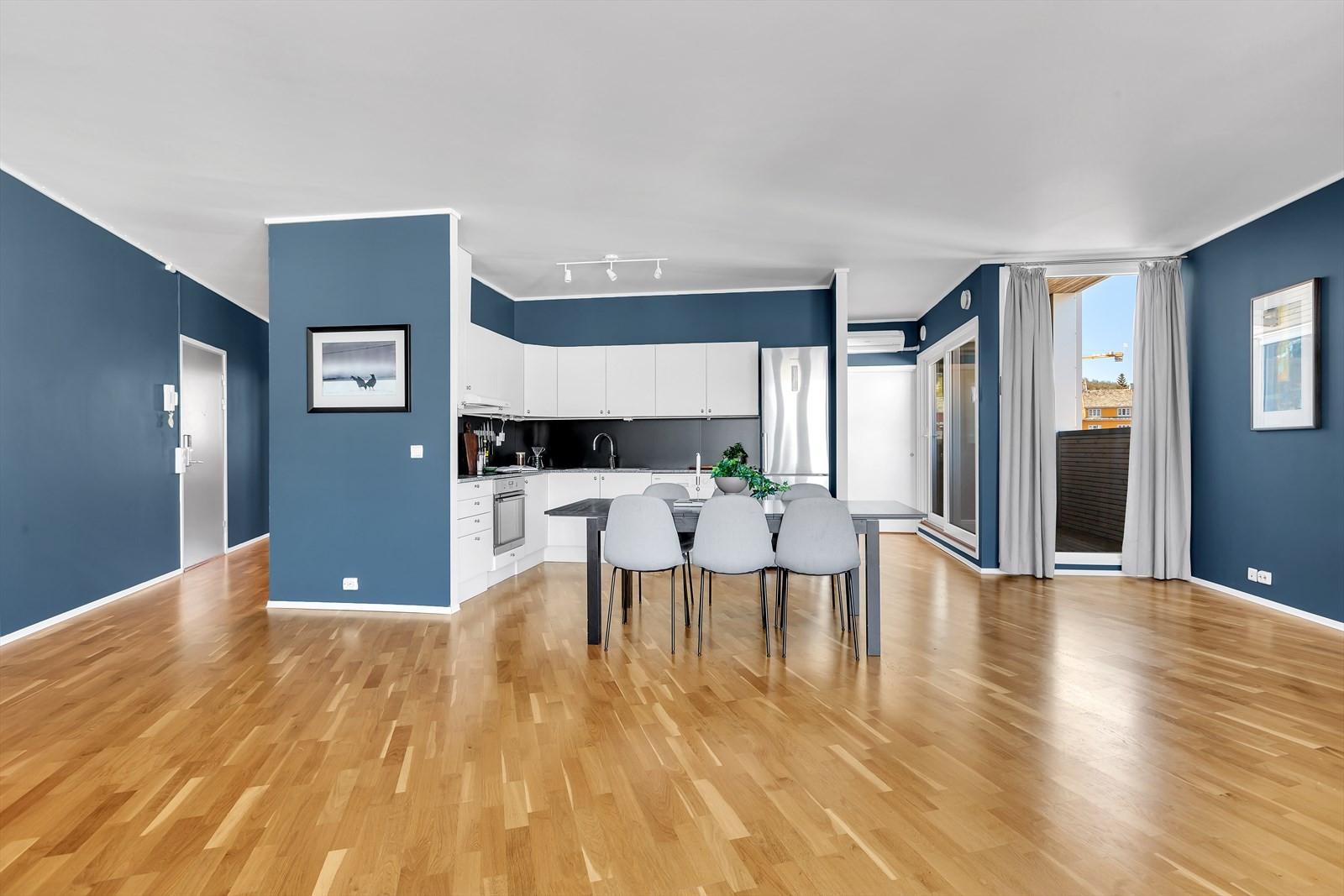 Kjøkkenet fint plassert med god plass til stort spisebord