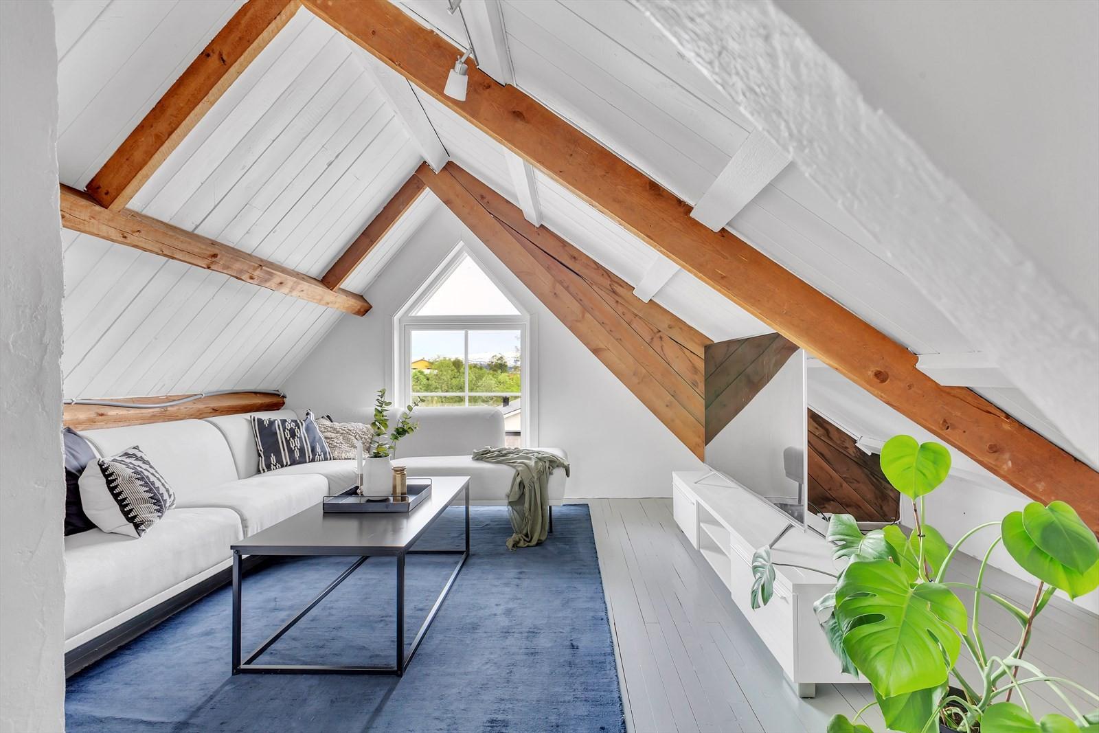 Meget koselig loftstue med ærverdig bjelkelag. Dette arealet er betegnet som ett soverom men brukes i dag som loftstue.
