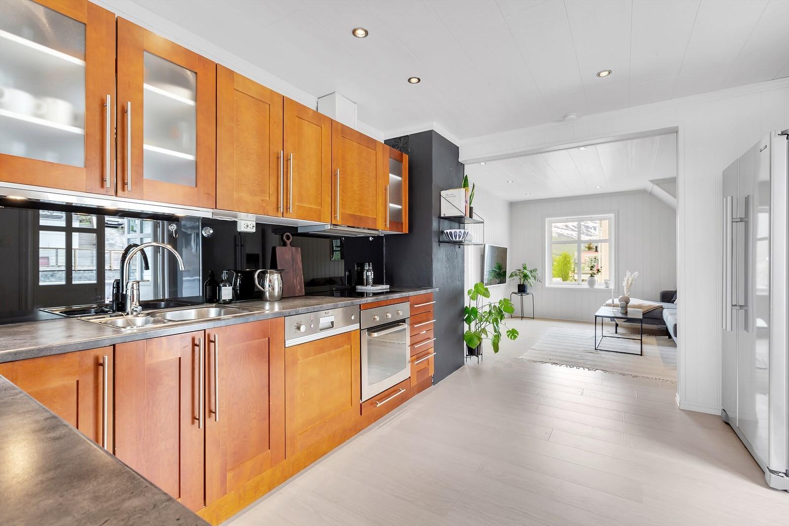 Pent kjøkken med mye skapplass og integrerte hvitevarer som følger med.