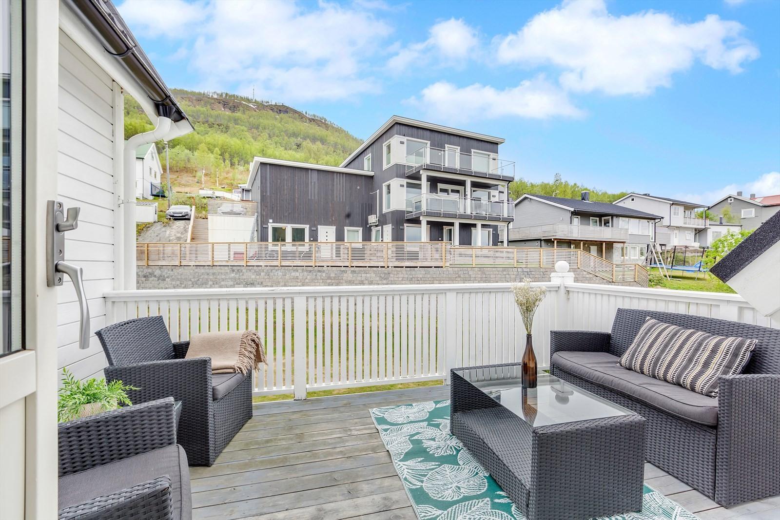 Sørvendt vestvendt balkong med meget gode solforhold.