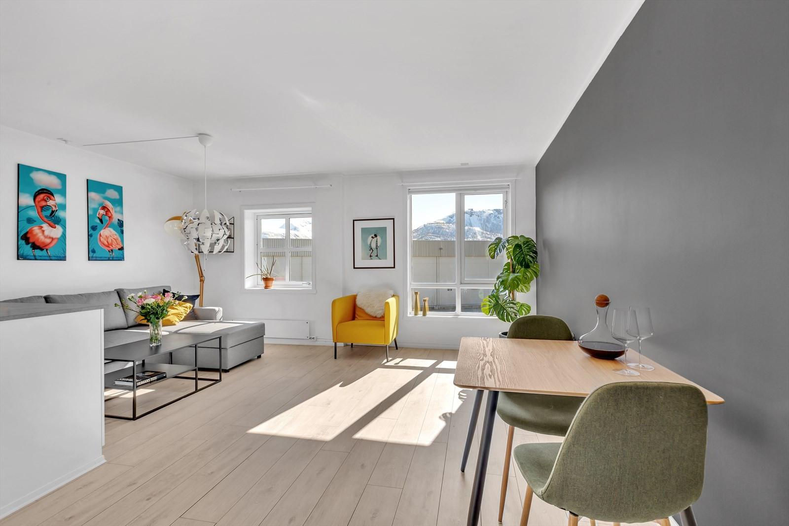 Nydelig stue med store vindusflater og riktige farvevalg.