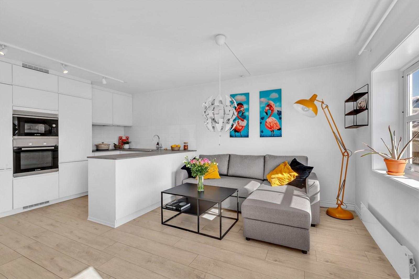 En-stavsgulv i stue/kjøkken og mellomgang.