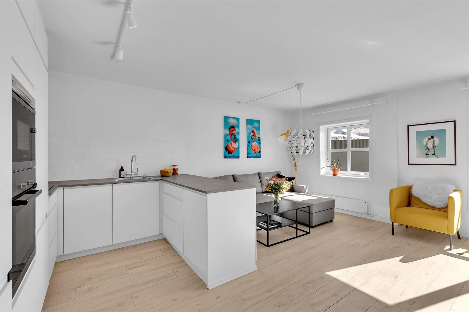 Moderne kjøkken med svært god plass både på benk og i skap.