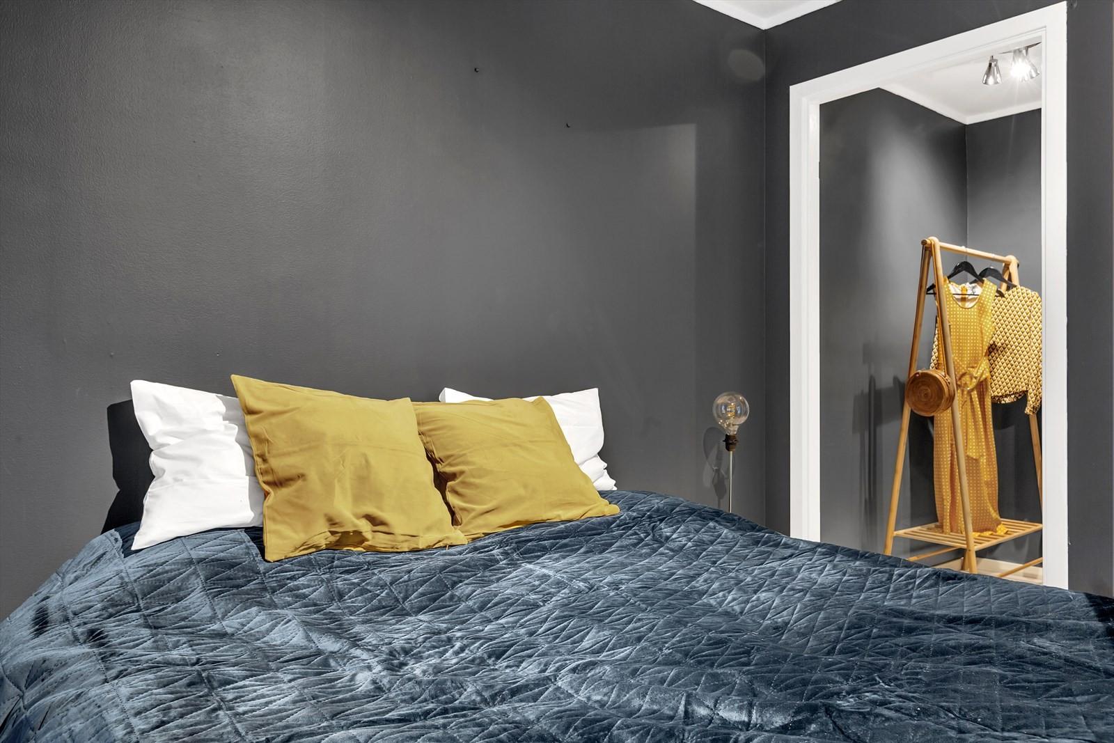 Soverom med praktisk garderoberom eller bod, etter behov.
