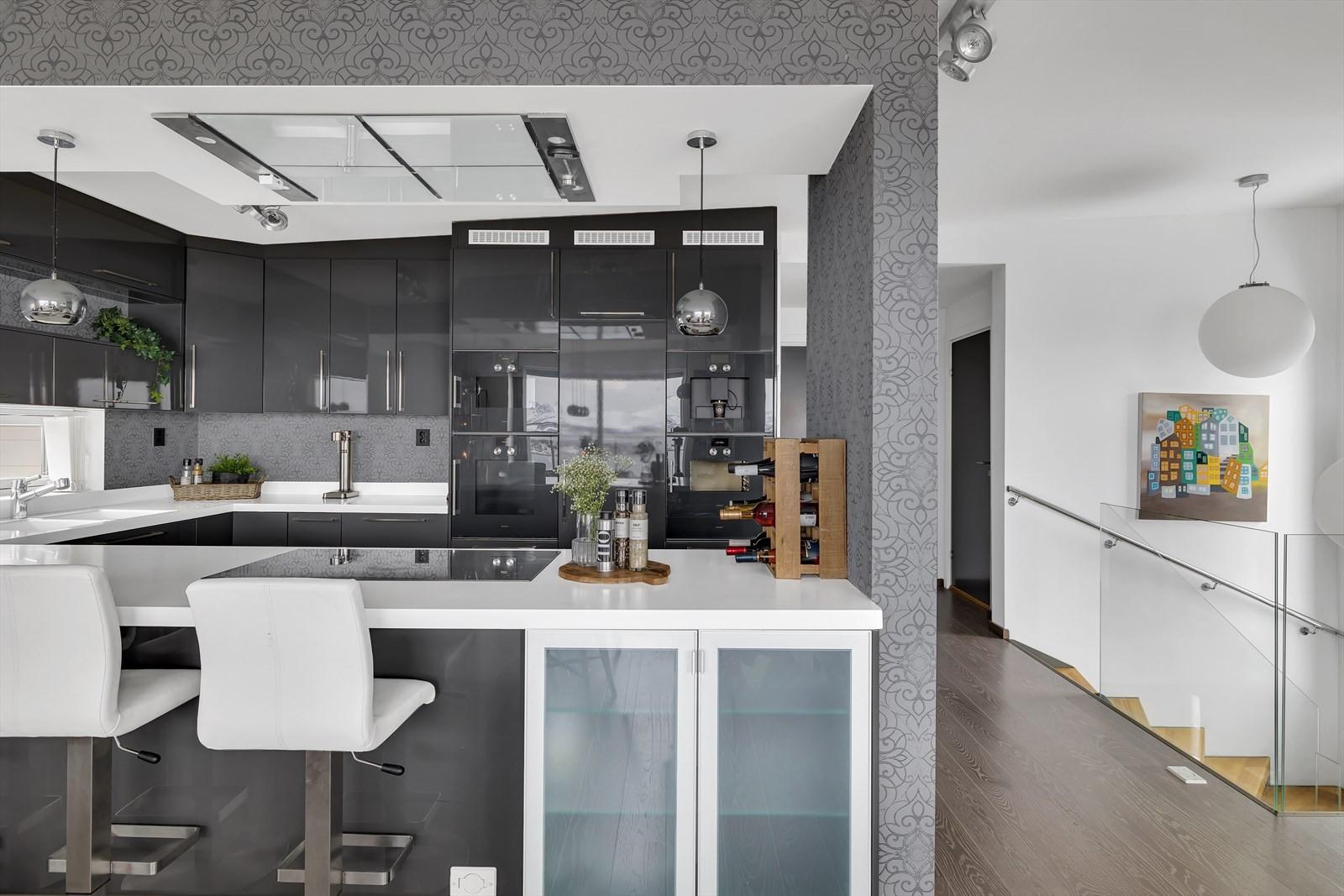 FIn åpen løsning mellom kjøkken og stuen