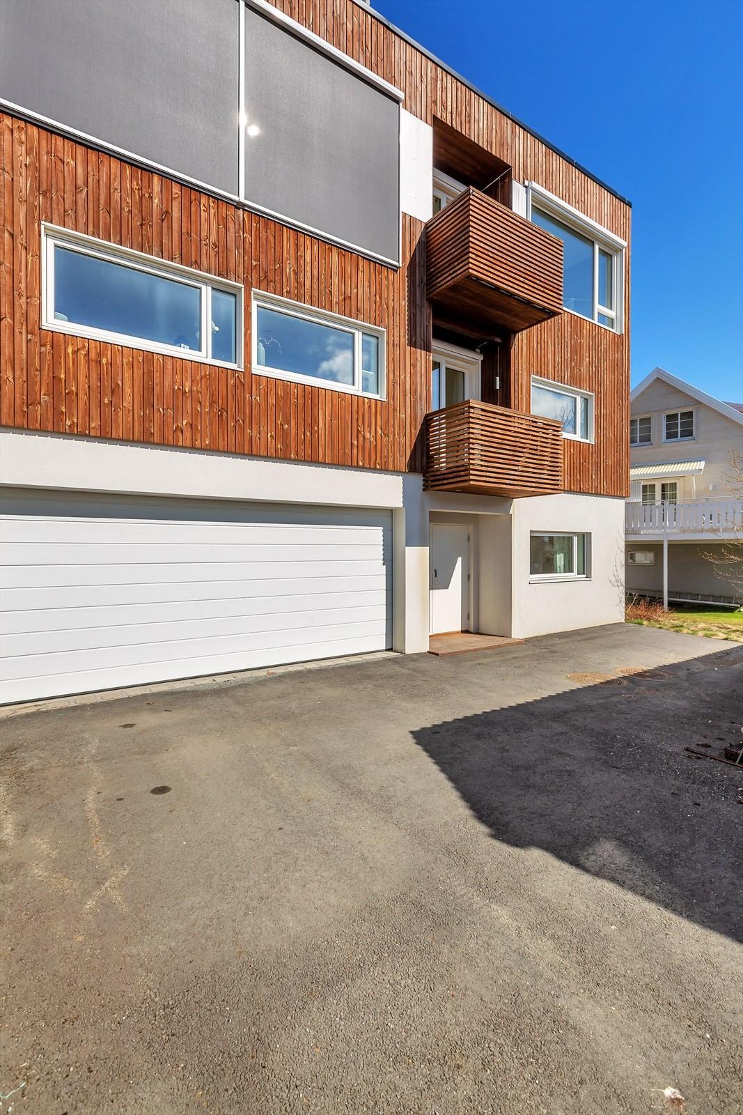 Til boligen er det felles garasje som deles med naboen