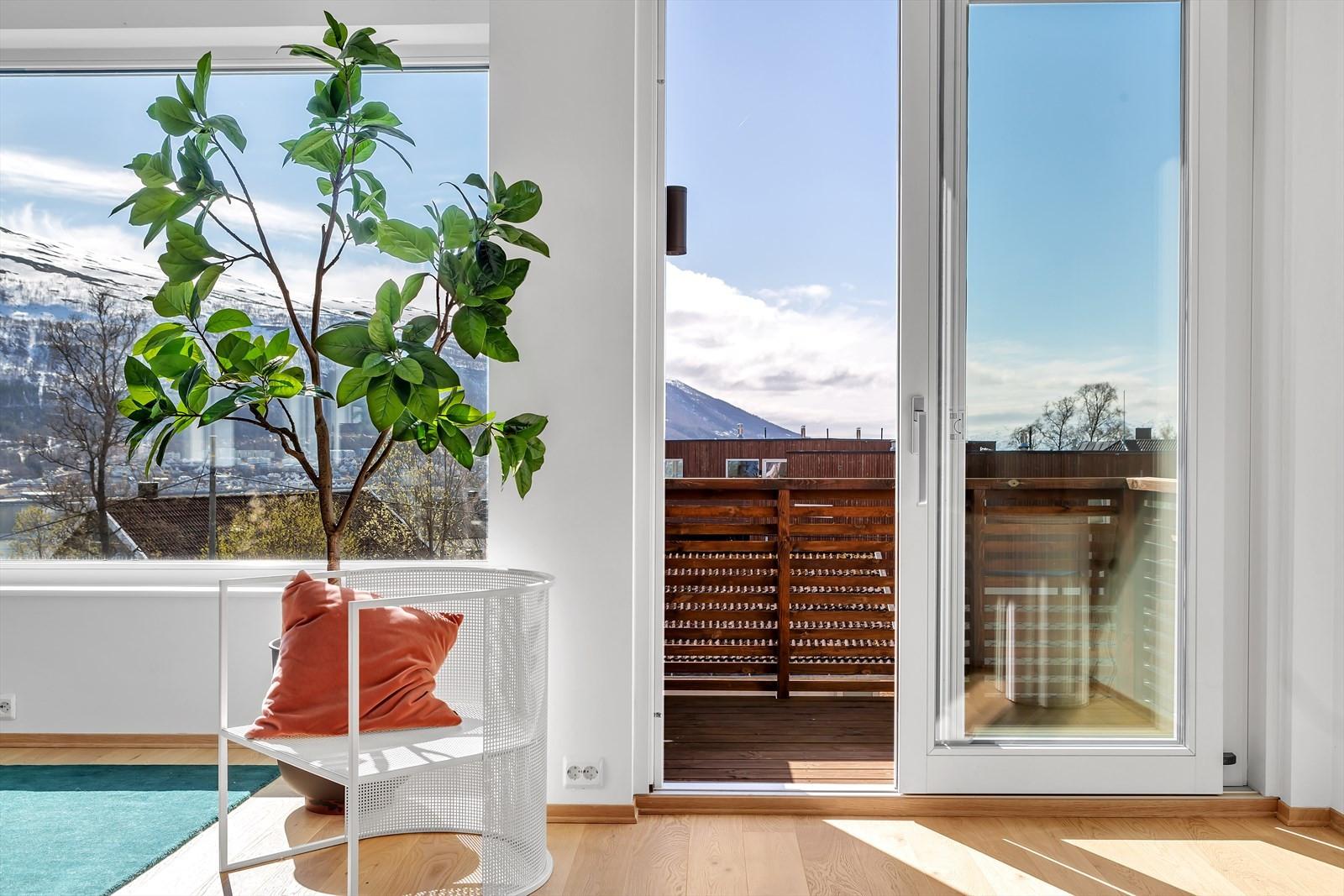 Stuen og kjøkkenet ligger i øverste etasje og herfra nyter du storslagen utsikt fra store vindusflater