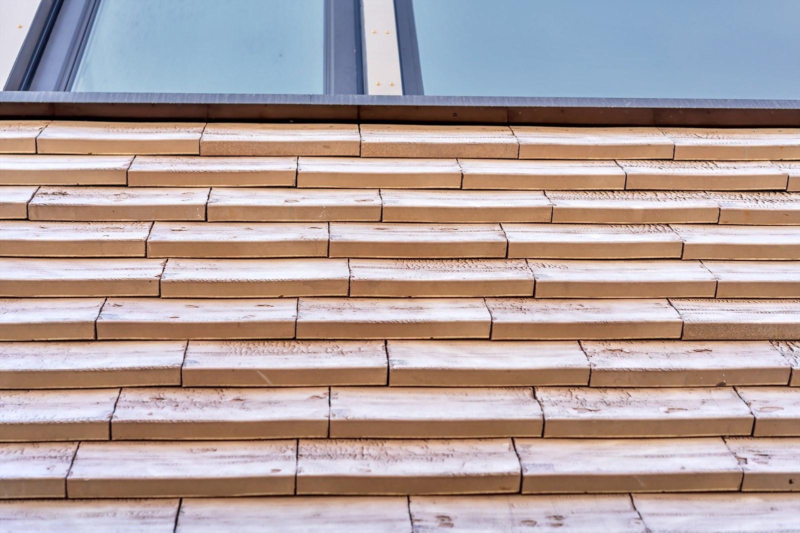 Tegelstein fasade - med brun/beige tegelstein som er skrudd på fasade, dette blir hele bygget kledd med