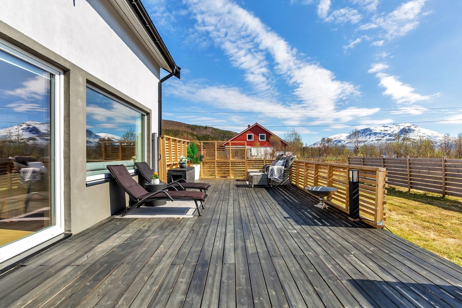 Romslig terrasse. Direkte utgang fra stue/spisestue.