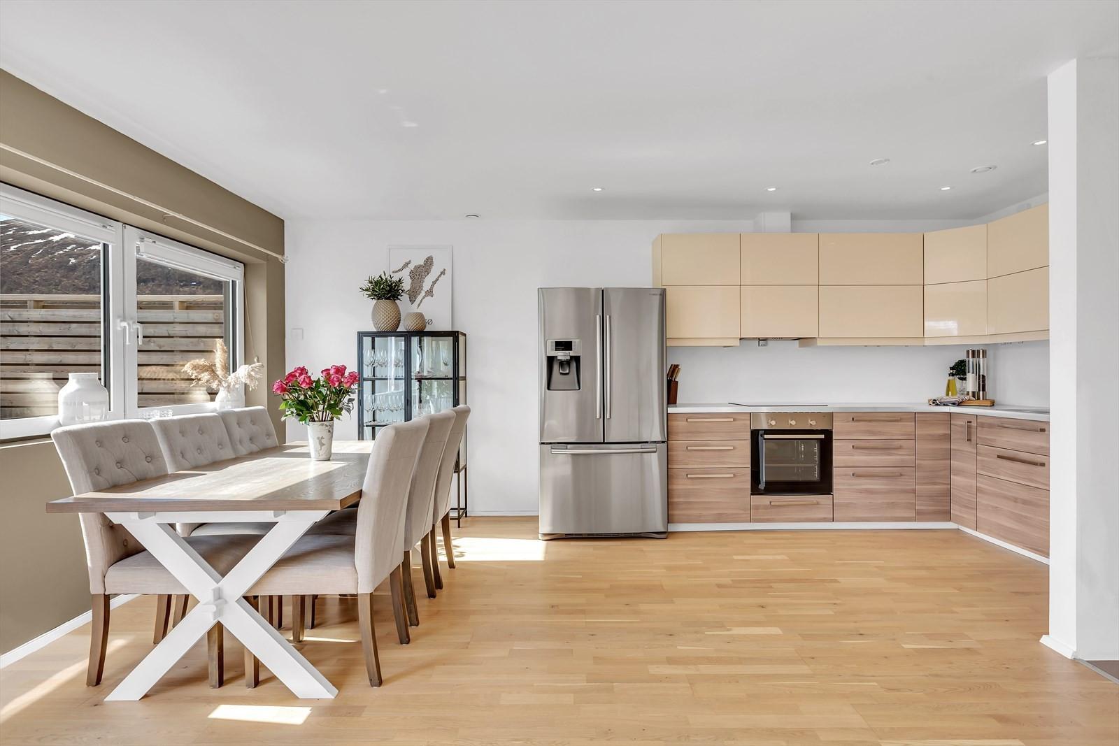 Moderne kjøkken med integrerte hvitevarer. Kjøl/frys følger med handelen.