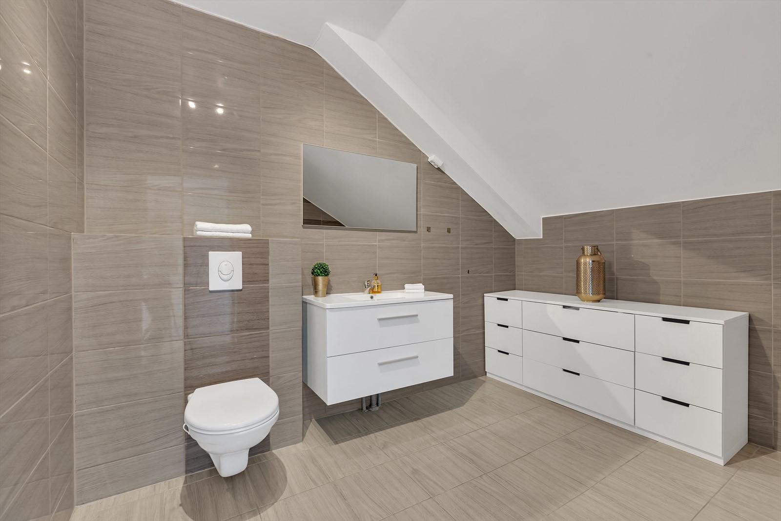 2. etasje har også et romslig og pent bad. Komplett flislagt og moderne innredet.