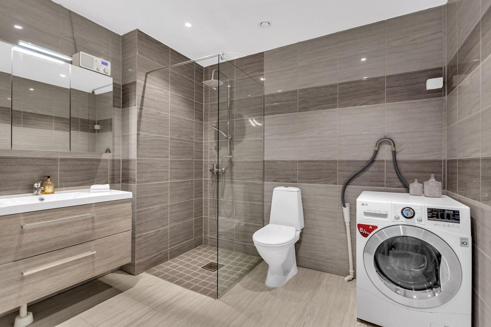 Komplett og moderne  flislagt badrom m/ dusjnisje - 1. etasje. Opplegg til vaskemaskin.