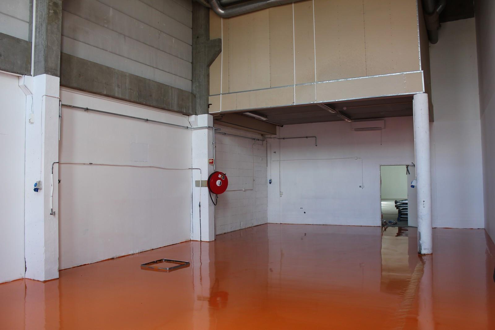 Høytlager med nytt epoxygulv, dør inn til lager (bakre del)