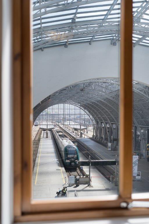 Utsikt fra kontor inn i avgangshall