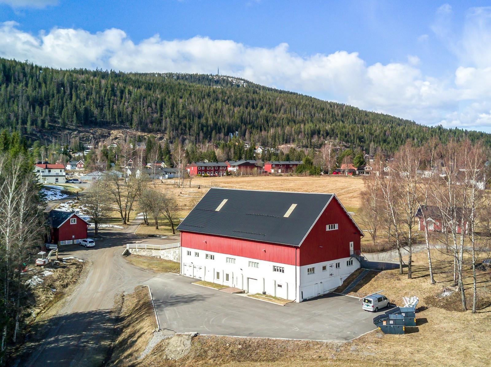 Enkel avkjøring til eiendommen fra Hadelandsveien - godt med parkering / uteplass