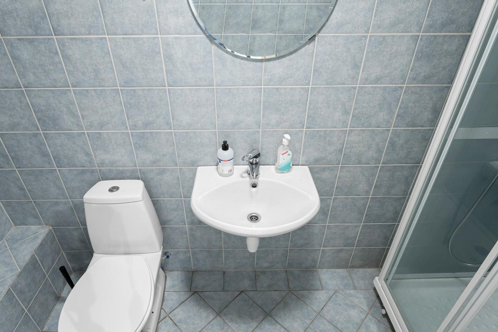 Bad med toalett og dusj