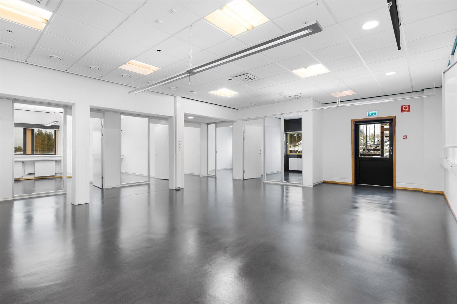 Romslige kontorlokaler med kontorer, åpent landskap og mulighet for kjøkken.