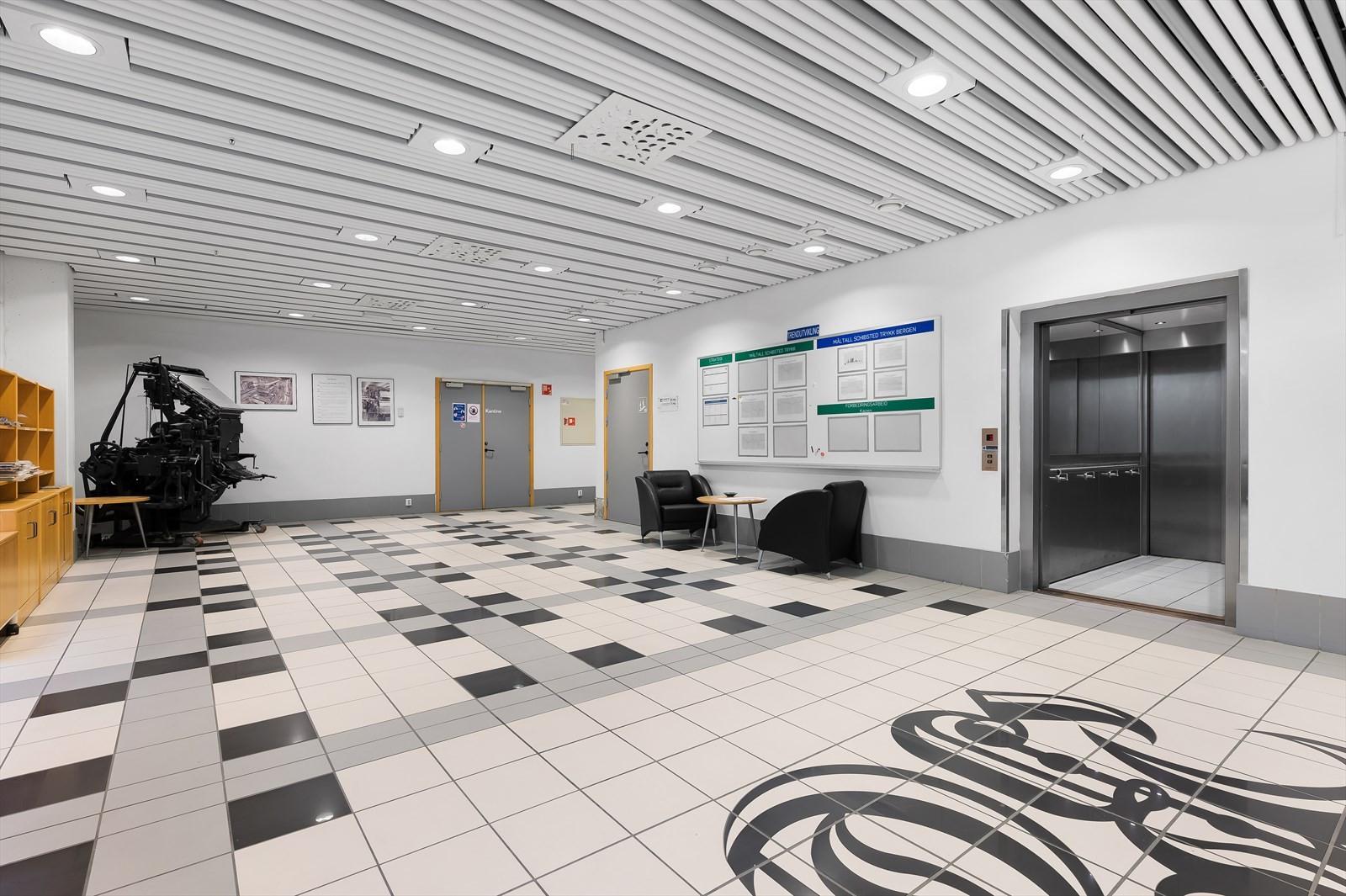 Bygget har pent inngangsparti. Heisadkomst opp til kontorlokalet.