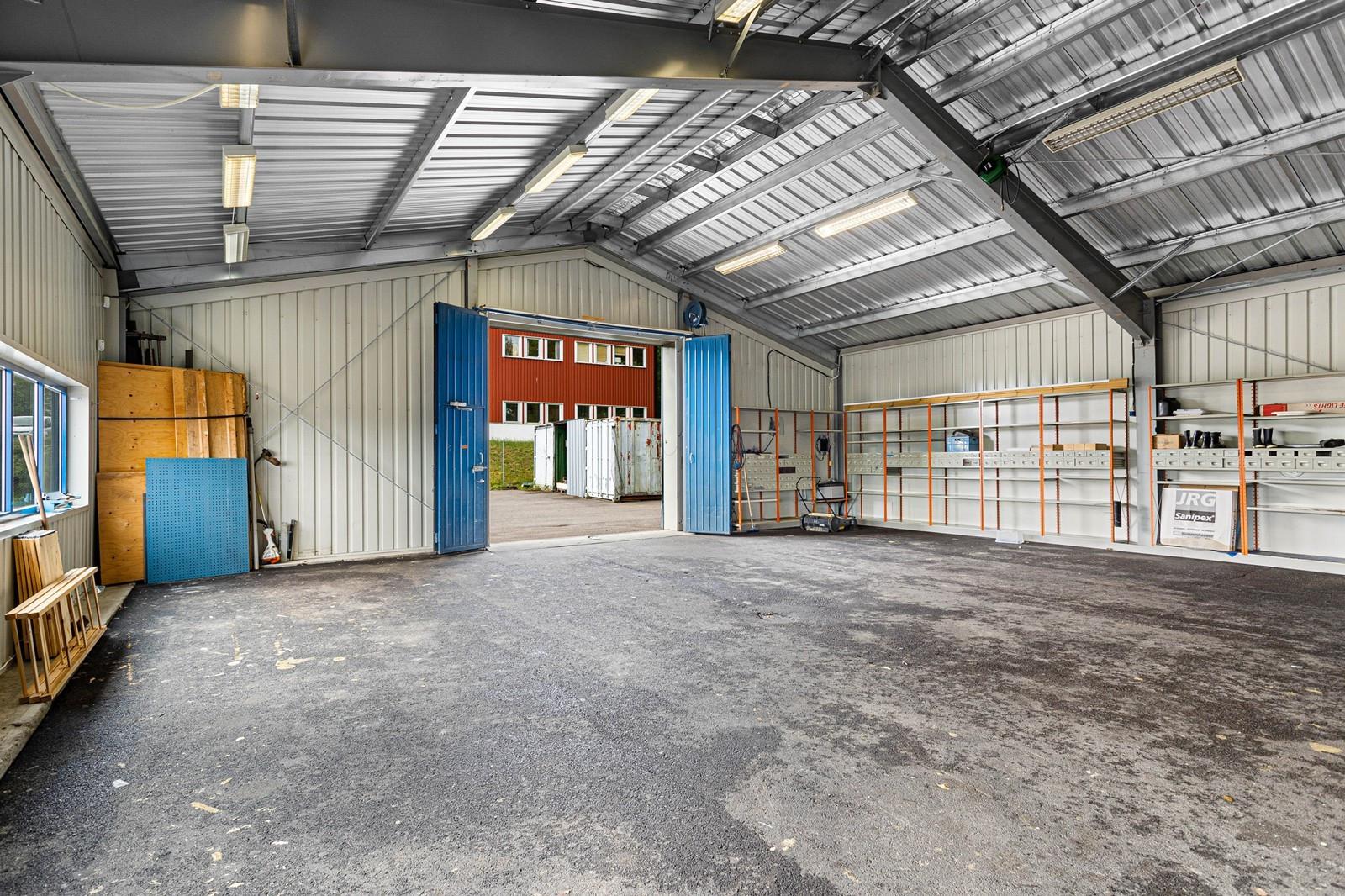 God adkomst til verksted via kjøreport, asfaltert dekke og gode lysforhold