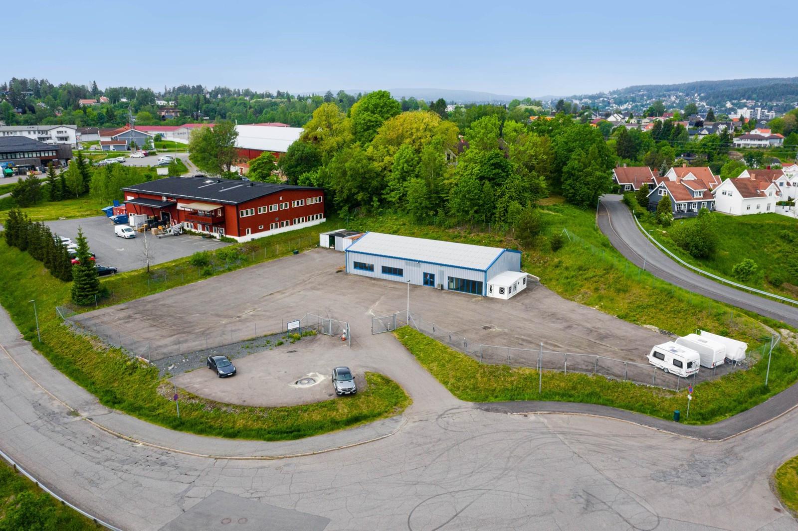 Enkel og god innkjøring til eiendommen, stor tomt til parkering og utelagring